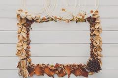 在白色木背景拷贝空间的秋天装饰手工制造框架 免版税图库摄影