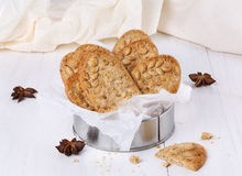 在白色木背景的健康早餐曲奇饼 库存图片