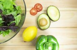 在白色木背景的健康色拉盘,有午餐时间健康沙拉饮食食物、素食饮食、食物和健康概念 库存图片