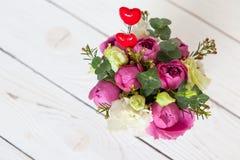 在白色木背景的创造性的花花束 在花的焦点,背景被弄脏 r 对贺卡 免版税库存照片