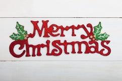 在白色木背景的圣诞快乐装饰 免版税库存图片