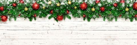 在白色木背景的圣诞节横幅与雪,雪花,杉树分支 与拷贝空间的Xmas装饰顶视图 库存照片