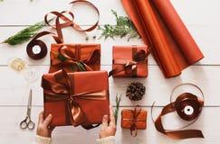 在白色木背景的圣诞节礼物箱子顶视图  免版税库存照片