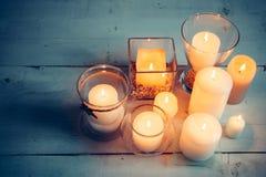 在白色木背景的圣诞节蜡烛 免版税库存照片