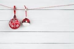 在白色木背景的圣诞节装饰品 复制空间 库存照片