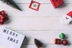在白色木背景的圣诞节装饰 免版税库存照片