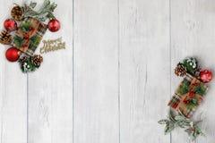 在白色木背景的圣诞节题材与文本的空间 库存图片