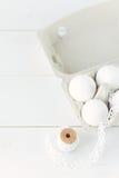 在白色木背景的复活节彩蛋 免版税库存照片