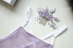 在白色木背景的性感的紫罗兰色女用贴身内衣裤 Fasion wom 库存图片
