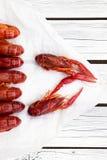 在白色木背景的新鲜的蒸的小龙虾 土气样式 杂志的盖子 海鲜菜单 图库摄影