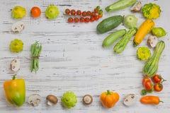 在白色木背景的新鲜蔬菜与文本或商标的空间 免版税库存图片