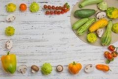 在白色木背景的新鲜蔬菜 菜单或稀土的大模型 免版税库存图片