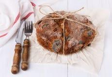 在白色木背景的有壳的面包 免版税图库摄影