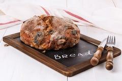 在白色木背景的有壳的面包 库存照片