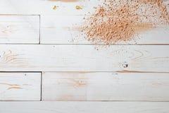 在白色木背景的构成粉末自然秀丽背景的 免版税库存照片