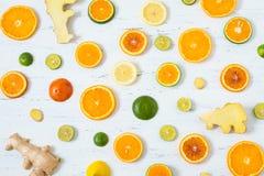 在白色木背景的柑橘样式 被分类的柑橘水果 切片桔子、蜜桔、柠檬、石灰和姜 顶视图 免版税库存照片