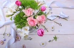 在白色木背景的欢乐花构成 顶上的视图 免版税库存照片
