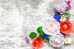 在白色木背景的欢乐花构成 顶视图 库存照片