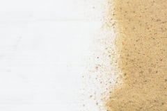 在白色木背景的沙子与拷贝空间 免版税库存照片