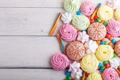 在白色木背景的混杂的多彩多姿的糖果 图库摄影