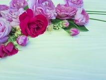 在白色木背景的玫瑰美好的花束雏菊生日季节框架 库存图片