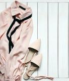 在白色木背景的现代妇女` s流行的服装 免版税图库摄影