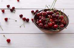 在白色木背景的甜新鲜的樱桃 库存图片