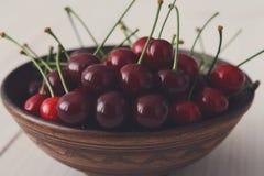 在白色木背景的甜新鲜的樱桃 库存照片