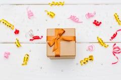 在白色木背景的礼物盒 免版税库存照片