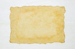 在白色木背景的空白的古色古香的老纸 免版税库存图片