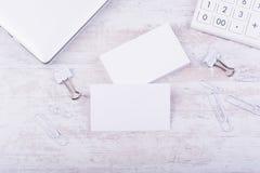 在白色木背景的空白的名片大模型 免版税图库摄影