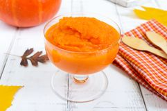 在白色木背景的精美饮食南瓜纯汁浓汤 健康的食物 库存照片