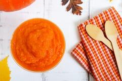 在白色木背景的精美饮食南瓜纯汁浓汤 免版税库存照片