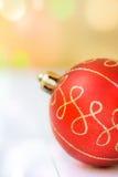 在白色木背景的红色圣诞树中看不中用的物品,五颜六色的五彩纸屑在金黄火光,拷贝空间,贺卡点燃 免版税库存图片