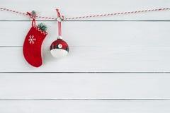 在白色木背景的红色圣诞节装饰品 复制空间 库存图片