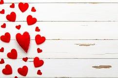 在白色木背景的红色心脏 爱 重点 平的位置大模型 免版税库存图片