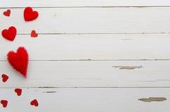 在白色木背景的红色心脏 爱 重点 平的位置大模型 免版税库存照片