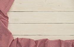 在白色木背景的红色方格的织品 图库摄影