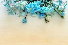 在白色木背景的美好和精美蓝色花的布置 图库摄影