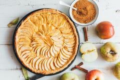 在白色木背景的自创苹果饼馅饼 库存图片