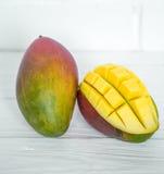 在白色木背景的芒果 免版税图库摄影