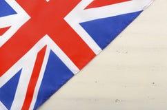 在白色木背景的英国英国国旗旗子 免版税库存照片