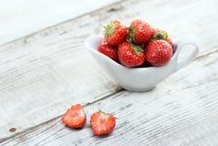在白色木背景的草莓 免版税库存图片