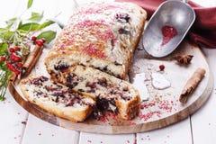 在白色木背景的蔓越桔面包 免版税库存图片