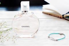在白色木背景的香奈儿香水 免版税库存图片
