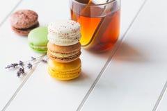 在白色木背景的Macarons 免版税库存图片
