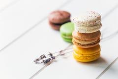 在白色木背景的Macarons 图库摄影