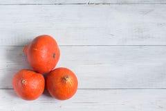 在白色木背景,万圣夜概念的橙色南瓜 免版税库存照片