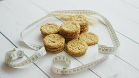 在白色木背景,侧视图的健康麦甜饼 股票视频