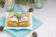 在白色木表上的苹果饼 免版税库存图片